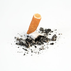 Ausgedrückter zigarettenstummel auf weiß