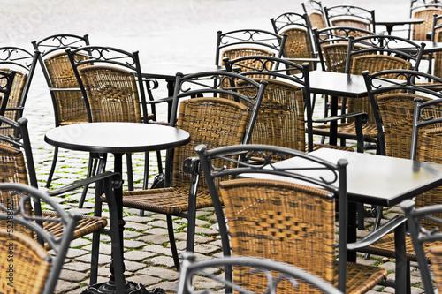 Leere Stühle und Tische im Strassencafe