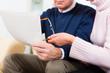 Rentner zu Hause erhalten schlechte Nachricht