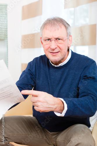Rentner zu Hause erhält schlechte Nachricht