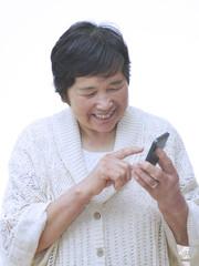 携帯電話を利用する女性
