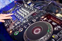 Mixage DJ dans le club de nuit