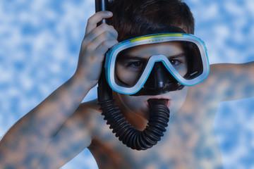 bambino in immersione