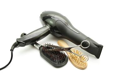 Verschiedene Haarbürsten mit Haarföhn