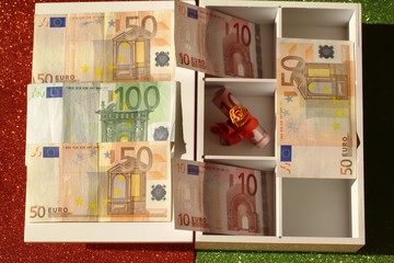 box with 50, 10 and 100 euro