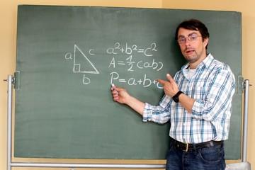 Lehrer erklärt an Tafel Geometrieformel