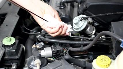 Mecanico comprobando nivel del aceite del motor