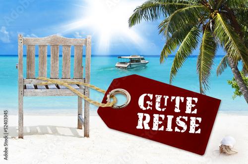 Holzanhänger mit Stuhl, Palme und Sandstrand