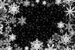 Schneekristalle auf schwarzem Hintergrund
