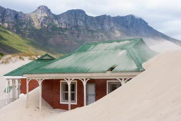 Südafrika, Houtbay, in Sand versinkendes Haus