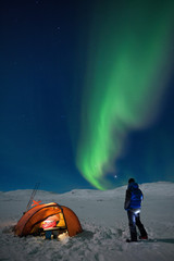 Zelt, Camper und Nordlichter im Winter