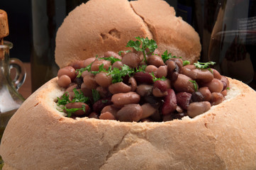 Insalata di fagioli in cestino di pane