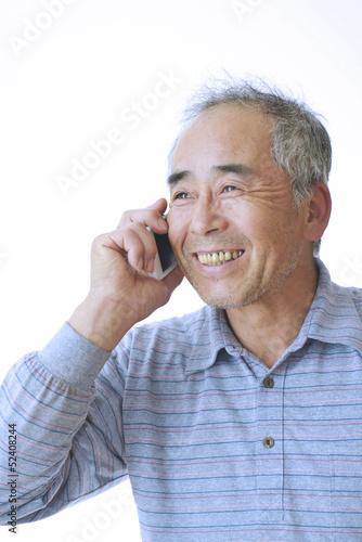 携帯電話で会話をする男性