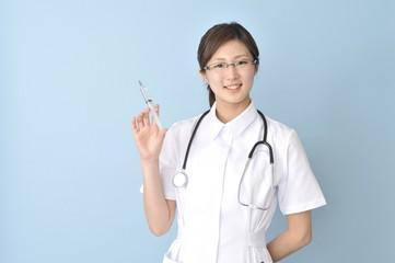 注射器をもつ看護師