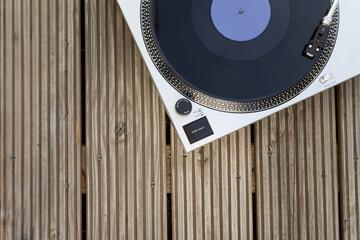 Plattenspieler mit Schallplatte auf einem Holzboden