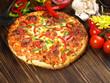 Pizza mit Schinken, Salami und Paprika