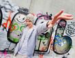 Cool blickender Jugendlicher Mann vor Graffiti