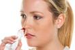 junge Frau hat Nasen bluten