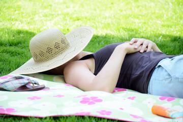 Junge Frau schläft auf Wiese