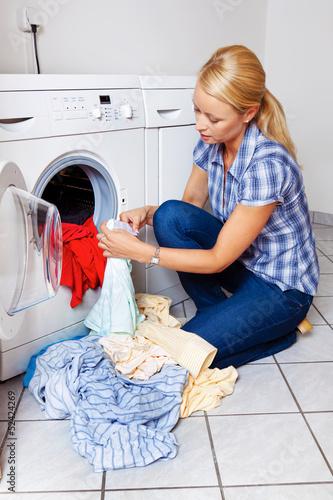 Hausfrau mit Waschmaschine