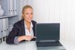 Frau im Büro mit Laptop Computer