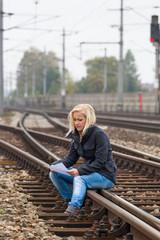 Frau mit Selbstmord Gedanken auf Gleis