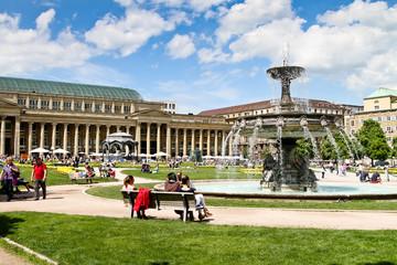 Schlossplatz Stuttgart mit Brunnen im Sommer