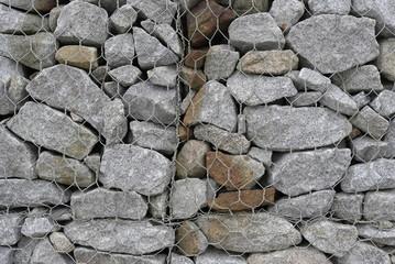 Mur de pierres emprisonné dans un grillage