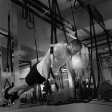 Crossfit remise en forme TRX poussée ups homme entraînement