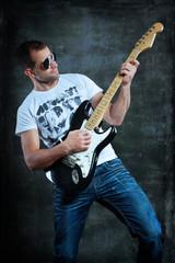 Mann mit E-Gitarre