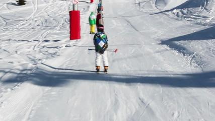 Junge fährt Schlepplift
