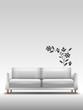 Sofa vor Wand mit Blumensticker