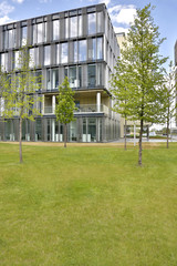 Modernes Firmengebäude im grünen mit blauen Himmel
