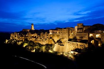 Pitigliano, il centro storico al crepuscolo