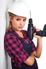 Junge Heimwerkerin mit Akkubohrer