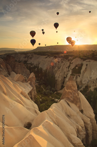 Fotobehang Ballon Hot air balloon over rock formations in Cappadocia, Turkey