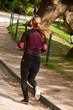 jeune femme faisant du sport jardin des Buttes-Chaumont à Paris