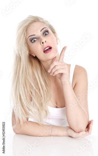 Frau blond isoliert erhebt den Zeigefinger und informiert