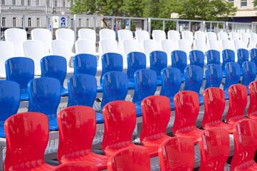Пластиковые стулья на площади города