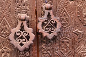 Heurtoir traditionnel et porte décorée