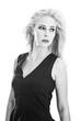 Schwarzweiß Portrait einer schönen Frau in Blond