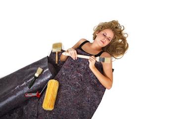 Heimwerkerin schläft und träumt von malern