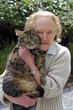 femme senior portant son chat