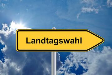 Wegweiser Landtagswahl vor Himmel