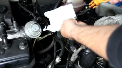 Mecanico comprobando nivel de aceite en el motor