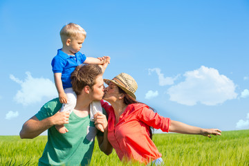 junge familie im glück