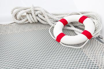 Maritimer Hintergrund in Weiß mit Rettungsreifen
