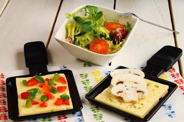 Raclette con queso, verduras y ensalada