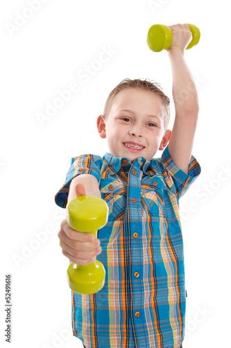 Erfolgreicher kleiner Junge mit Hanteln