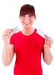 Die junge Frau wählt eine Verhütungsmethode aus